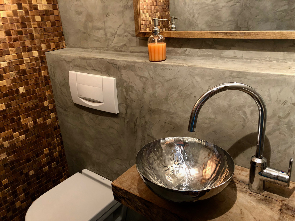Guest toilet with handhammered stainless steel sink