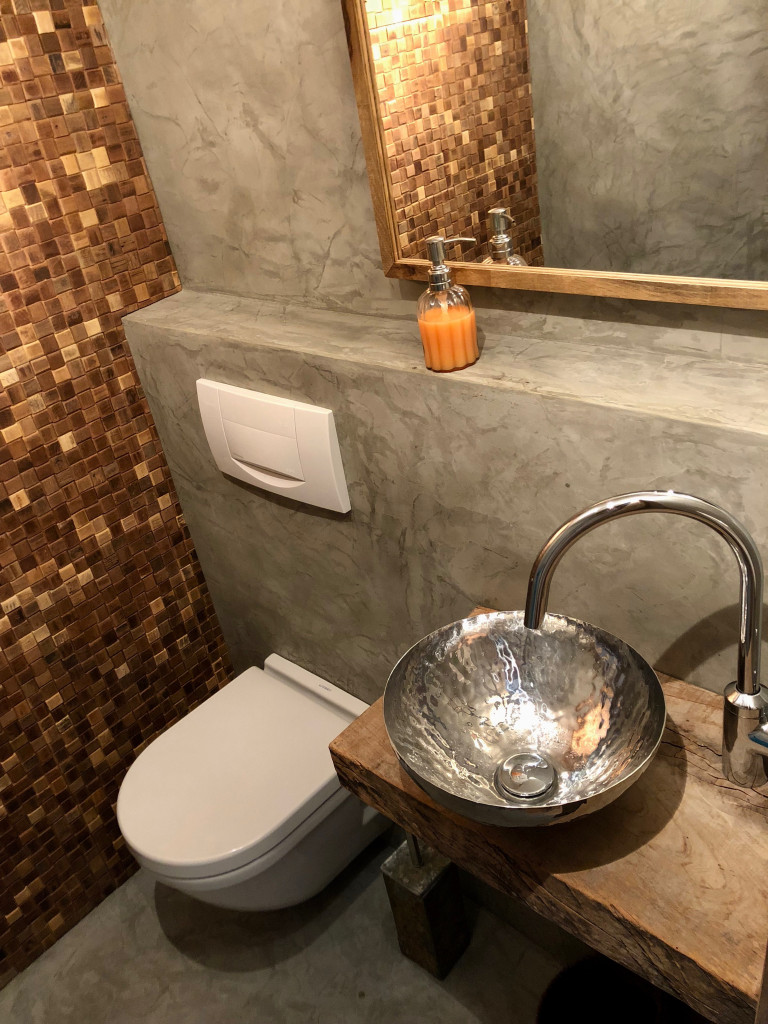 Guest toilet with polished concrete